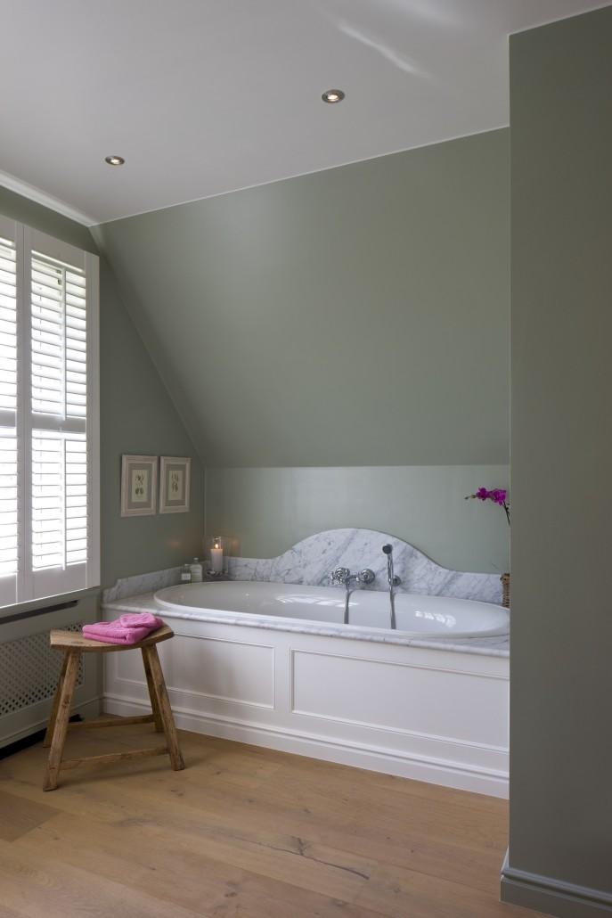 badkamer marmer witte shutters
